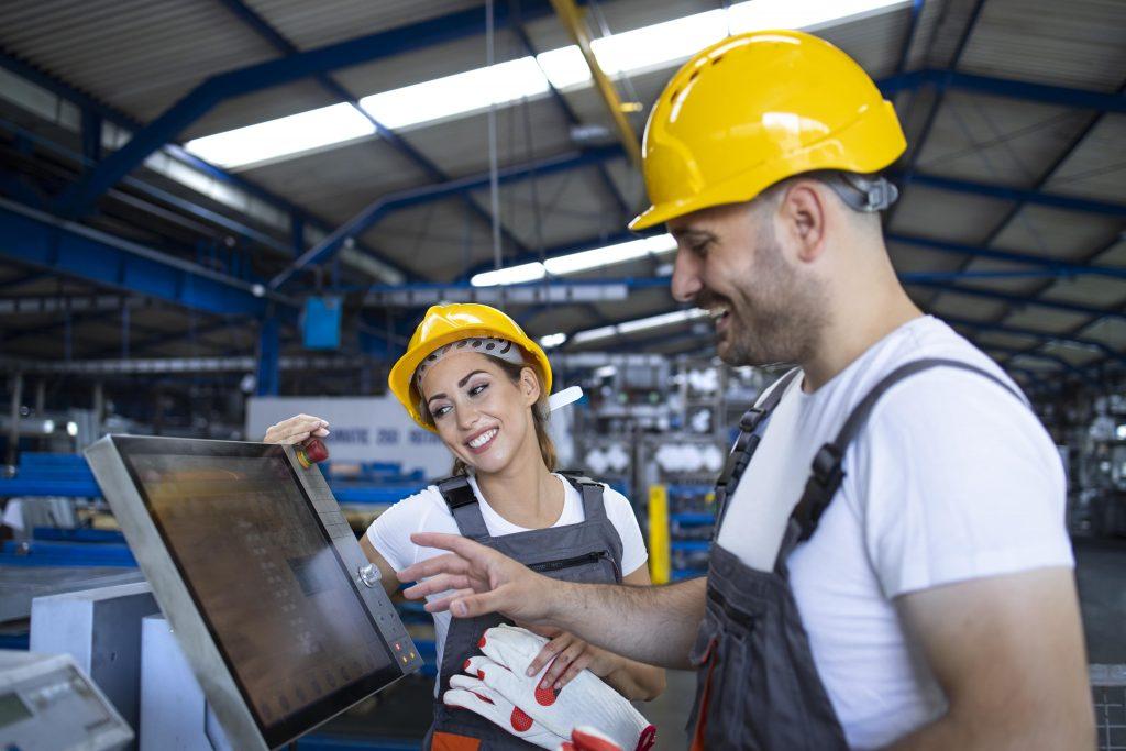 2 employés sur une chaine de production