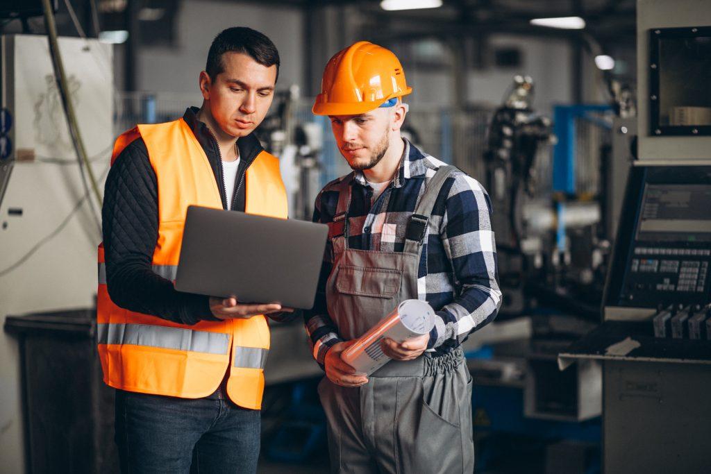 2 hommes dans une usine