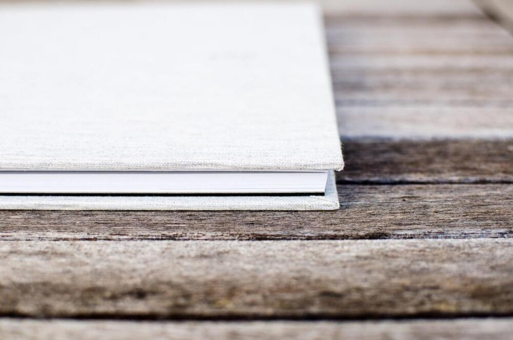 Livre sur une table